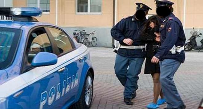 donna e pene della polizia